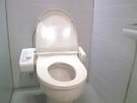 ご家庭のトイレはどうしても尿石や黒ずみで汚れています。匂いの原因を取り除きましょう。