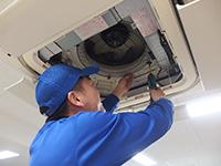 フィルターの清掃だけでは、どうしても防げないエアコン内部の汚れを徹底的に分解洗浄します。
