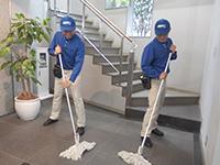 毎日の使用で傷んだ床のワックスがけを行います。プロによるメンテナンスで長持ち!