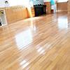 毎日の使用で傷んだ床のワックスがけを行います。